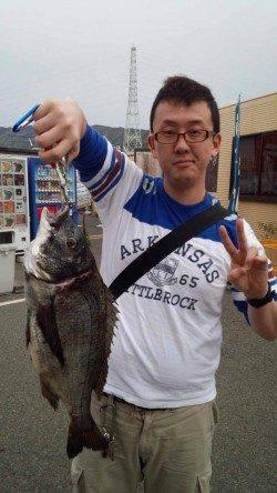 カゴ釣りでチヌ50cm!マリーナシティ釣り公園