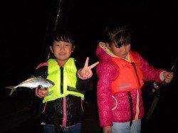 香住西港 ファミリーで夜釣りへ サビキでアジ〜23cm11匹