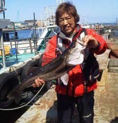 渡船を使って浮き釣り、75cmのスズキが出ました!