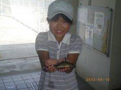 メバルを持ってニッコリ♪姫路市立遊漁センター