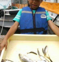 沖の北で良型アジを釣り少年がGET!