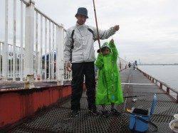 尼崎市立魚つり公園 アオイソメのズボ釣りでスズキ64cm