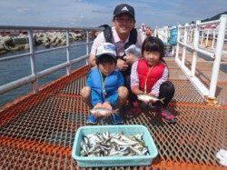 須磨海づり公園でファミリーサビキ アジ釣れています♪