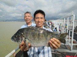 尼崎市立魚つり公園 柱周りのズボ釣りでチヌ41cm