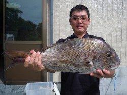 湯浅の磯のフカセ釣りでマダイ64cm3.04kg