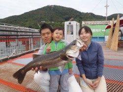 須磨海づり公園 ノマセでスズキ72cm!