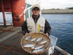 尼崎魚つり公園 早朝~昼にエビ撒きでセイゴハネ好調、初挑戦で10匹♪
