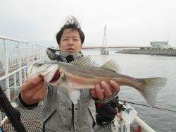 尼崎市立魚つり公園  46cmのハネをキャッチ
