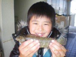 姫路市立遊魚センター お子様が探り釣りでアイナメをキャッチ