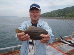 神戸市立須磨海づり公園 投げ釣りでカレイ28cm