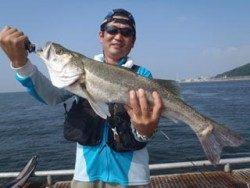 のませ釣りでスズキ67cm!神戸市立須磨海づり公園