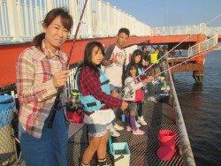 尼崎海釣り公園 イワシは朝から釣れっぱなし