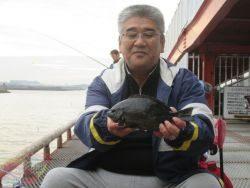 尼崎市立魚つり公園 エビ撒きでスズキ、ハネクラスが食い上昇中