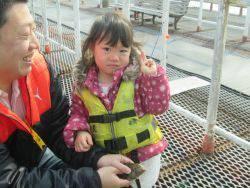 尼崎市立魚つり公園 エビ撒きでハネ・セイゴ