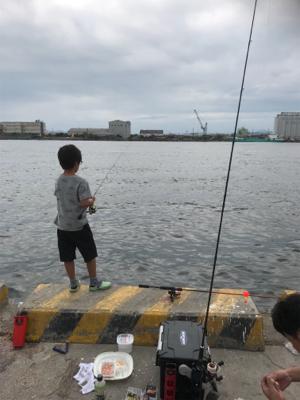 息子とサヨリ釣り